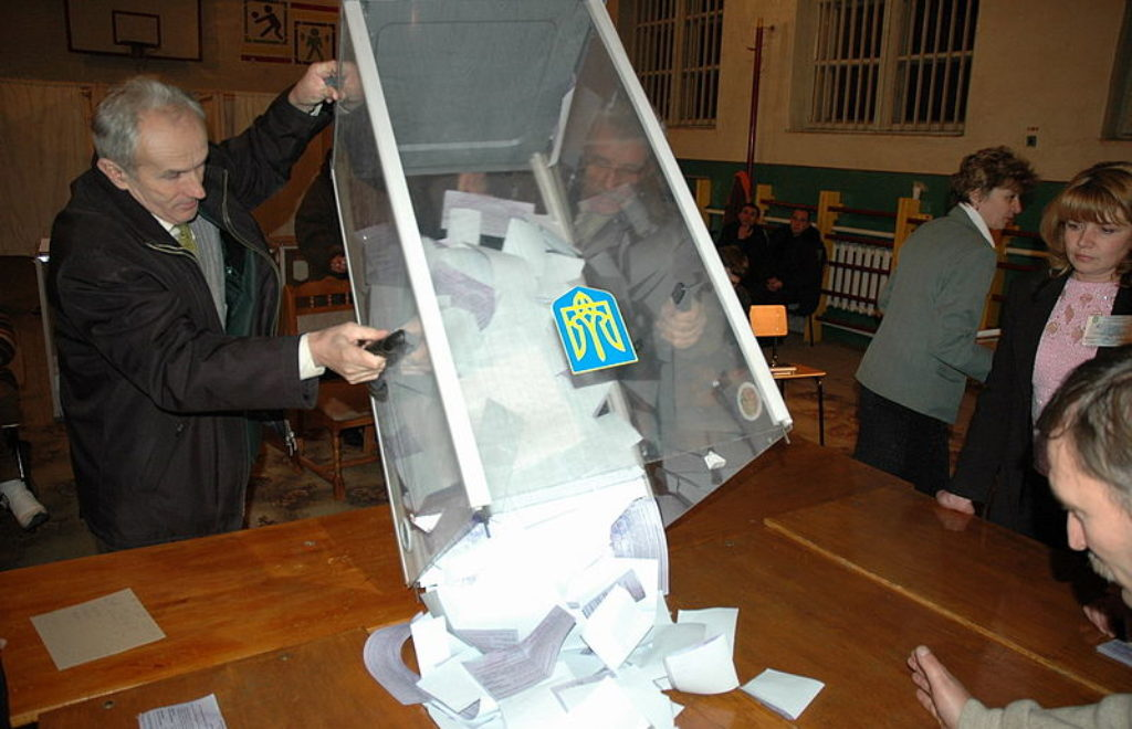 Ukr_2004_election_Svalyava_counting_3rd_round.jpg