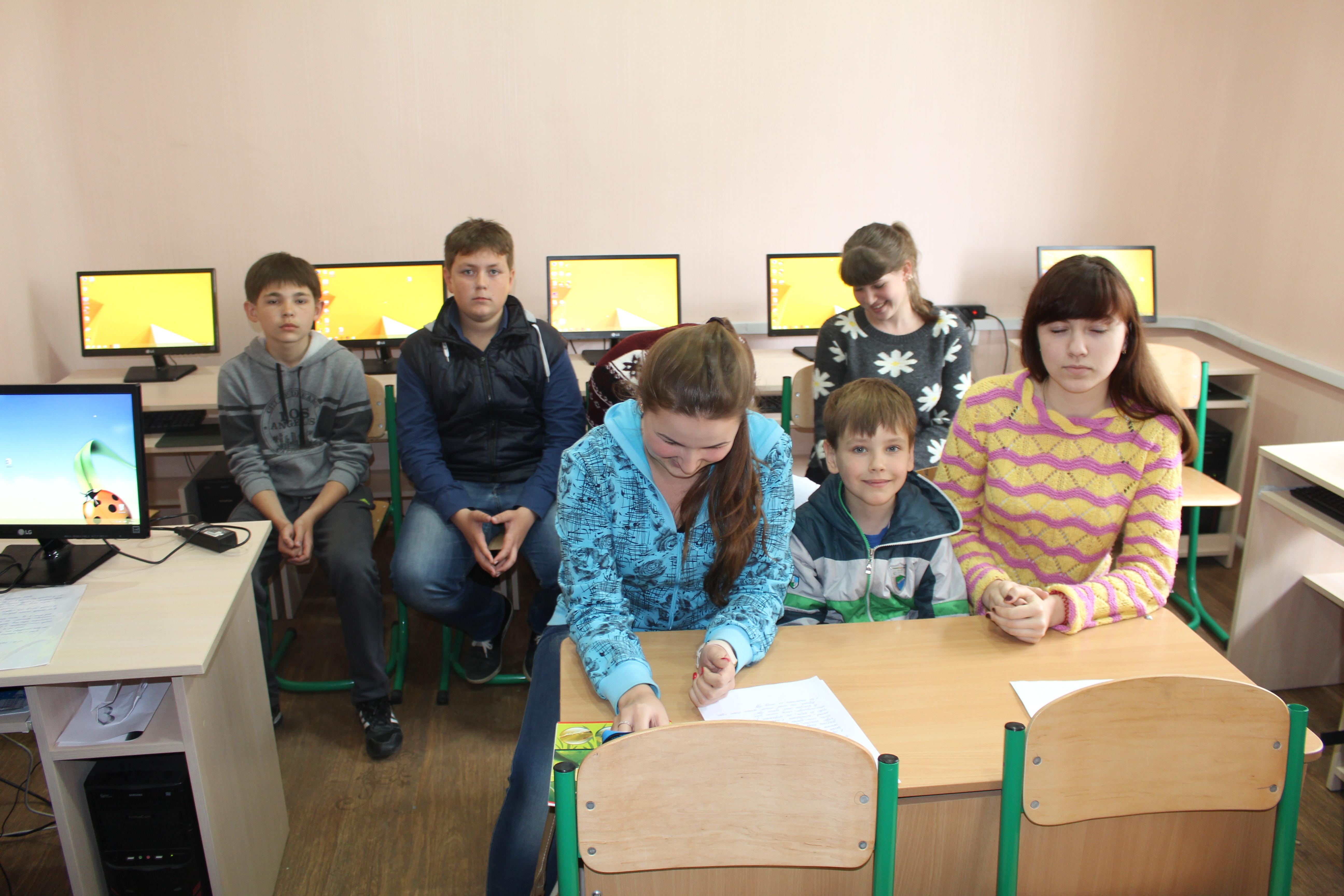 Students of Shchastya school thanking Lituania for their new school 26.04.2016 Luc Maffre