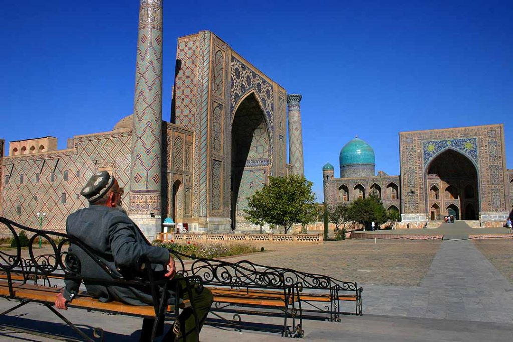Man at Registan - Samarkand - 15-10-2005