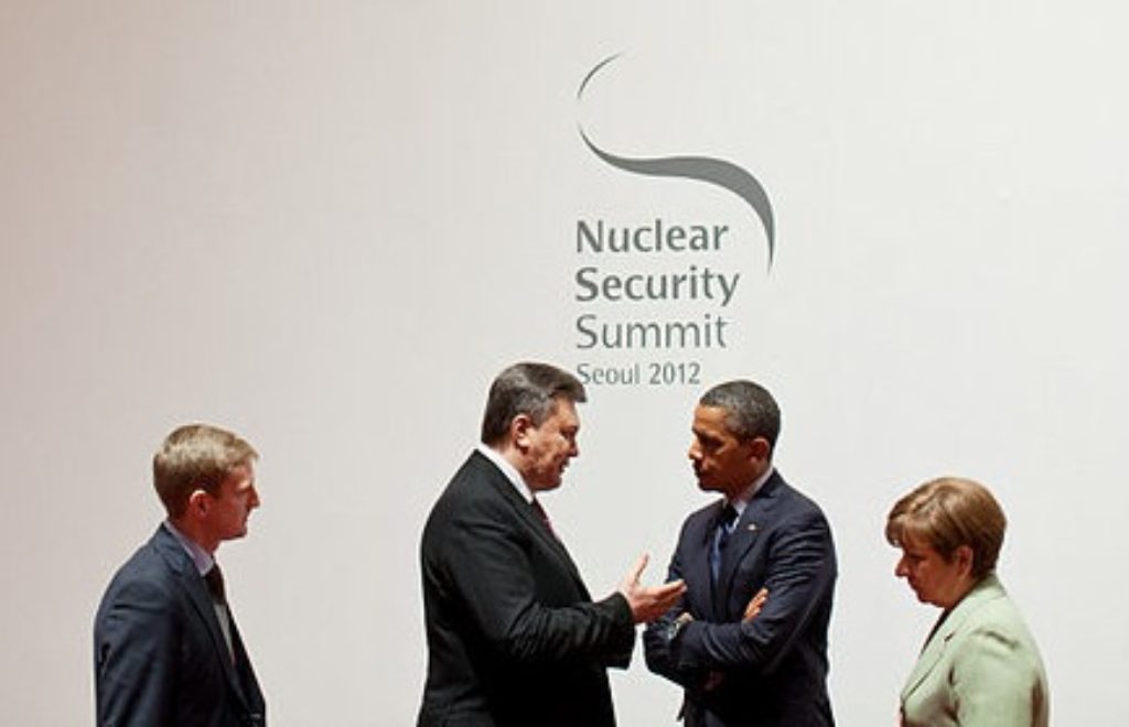 800px-President_Barack_Obama_talks_with_President_Viktor_Yanukovych.jpg