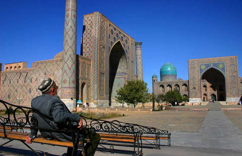 Man at Registan - Samarkand - 15-10-2005